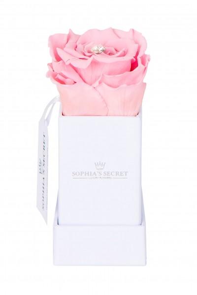 Rosenbox Würfel weiß veredelt mit einer runden Blumennadel mit Swarovski® Kristallen